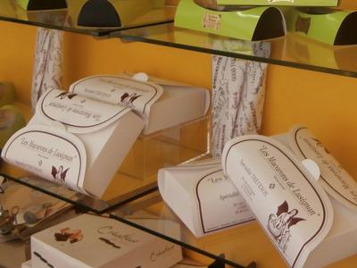 Macarons de Lusignan dans leurs boîtes, à Lusignan (86)