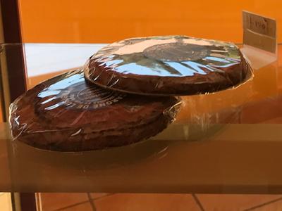 Deux macaronés de Lusignan, dans la vitrine de la boulangerie Aux Douceurs Mélusines